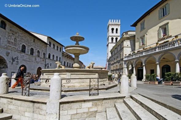 Piazza del Comune nel cuore di Assisi