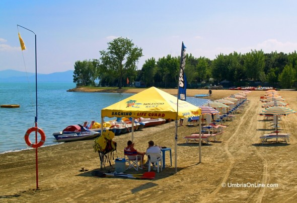 Spiaggia in estate sul Lago Trasimeno